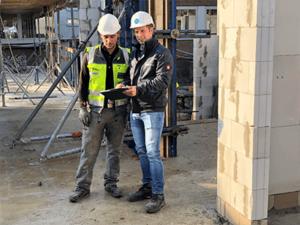 Daniel Ahler (rechts) ist einer von elf Bauleitern im Unternehmen. Die neue Bauleiter-App von bau-mobil ist seit rund drei Monaten bei Temmink Bau im Einsatz. Die digitalisierten Bautagesberichte sorgen für einen schnelleren und kürzeren Informationstransfer von der Baustelle zum Bauherren. Alle Fotos: Heinrich Temmink GmbH & Co. KG